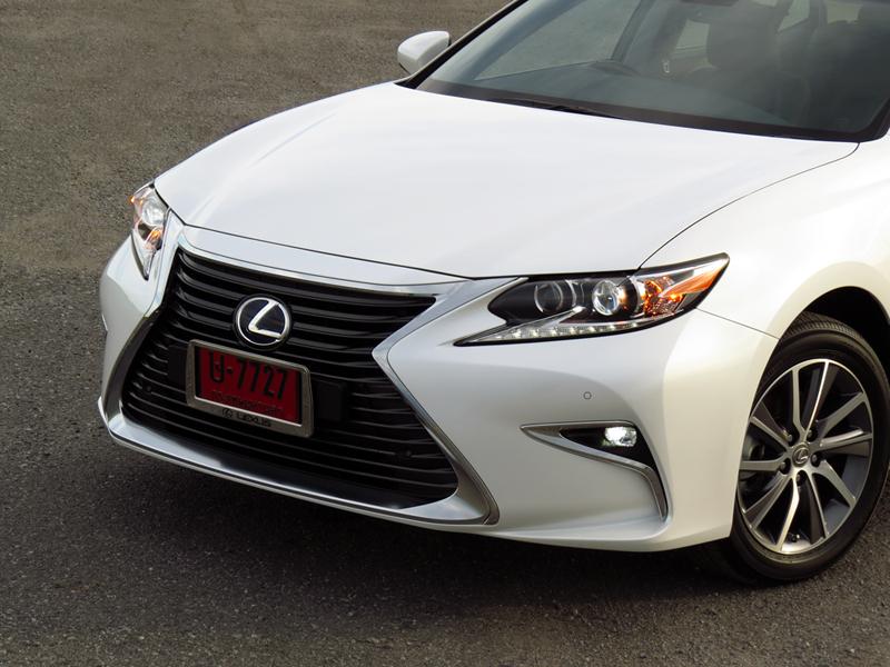 2015_08_Lexus_ES300h_Minorchange_01