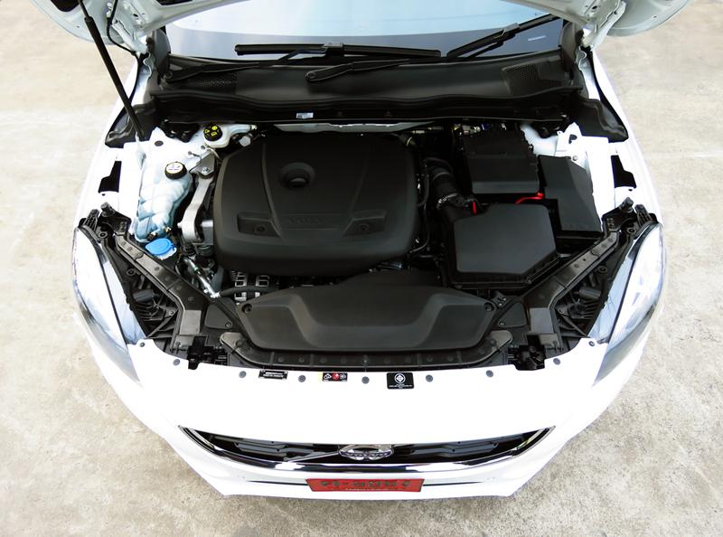 2014_Volvo_V40_Engine_02