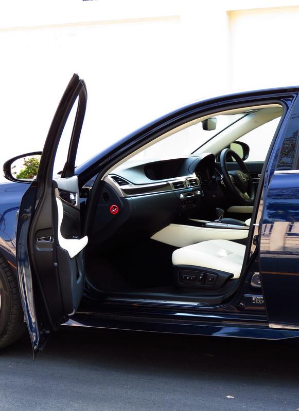 2017_01_LexusGS200t_i_frontentry