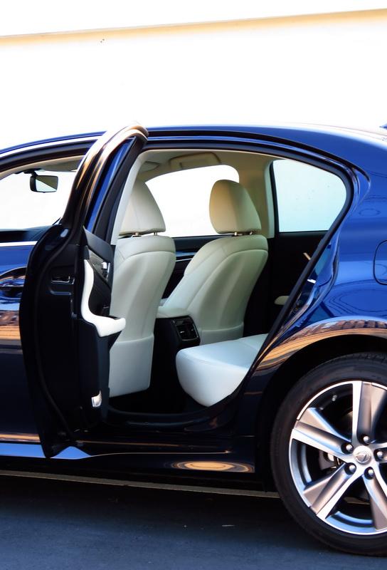 2017_01_LexusGS200t_i_rearentry