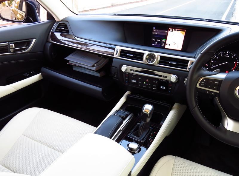 2017_01_LexusGS200t_i_sidelook